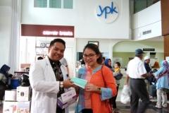 dr. Hafizh membagikan masker kepada pengunjung RS YPK Mandiri